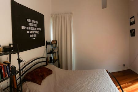 Master bedroom with ensuite and walk in wardrobe - Toowong