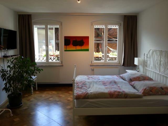 Ein großes Zimmer mit Doppelbett und Komfortbad