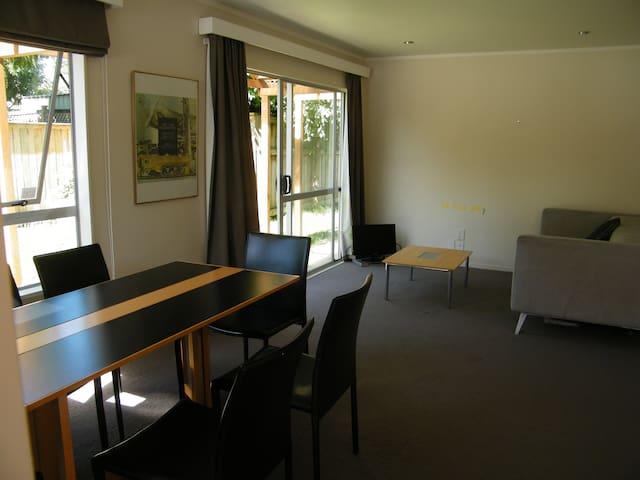 Cosy family home in Mount Eden. Garden and parking - Auckland - Hus