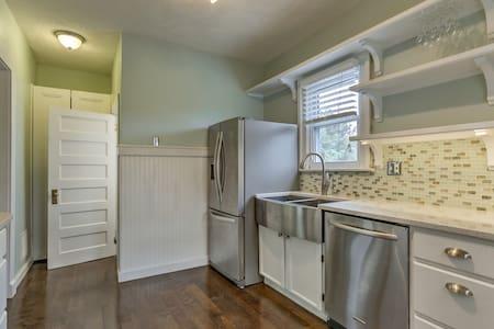 2 BR Plaza apt. Porch & Yard - Kansas City - Apartemen