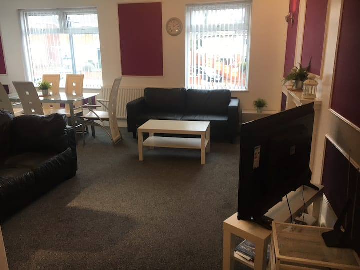 Central,3 bed,spacious character apartment,Netflix