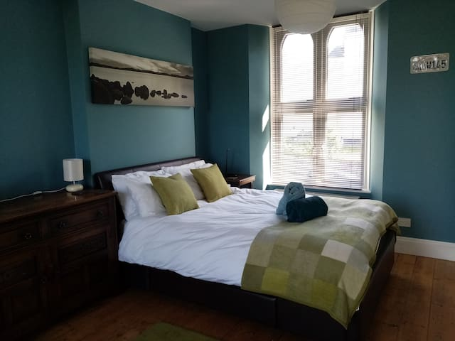 Central Falmouth - large double bed-sitting room.