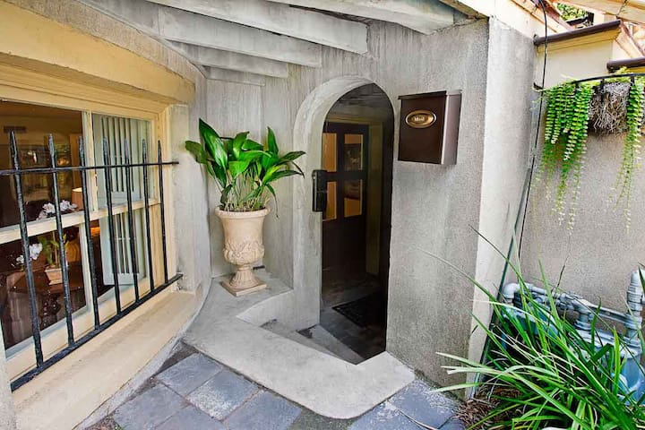 Stay with Lucky Savannah: Garden level home 2 short blocks to Forsyth Park