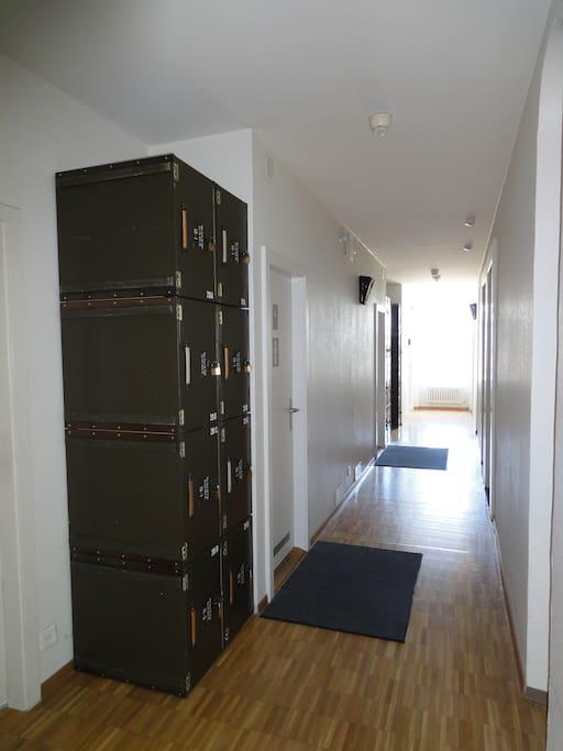 Chaque lit a un casier fermant a clé