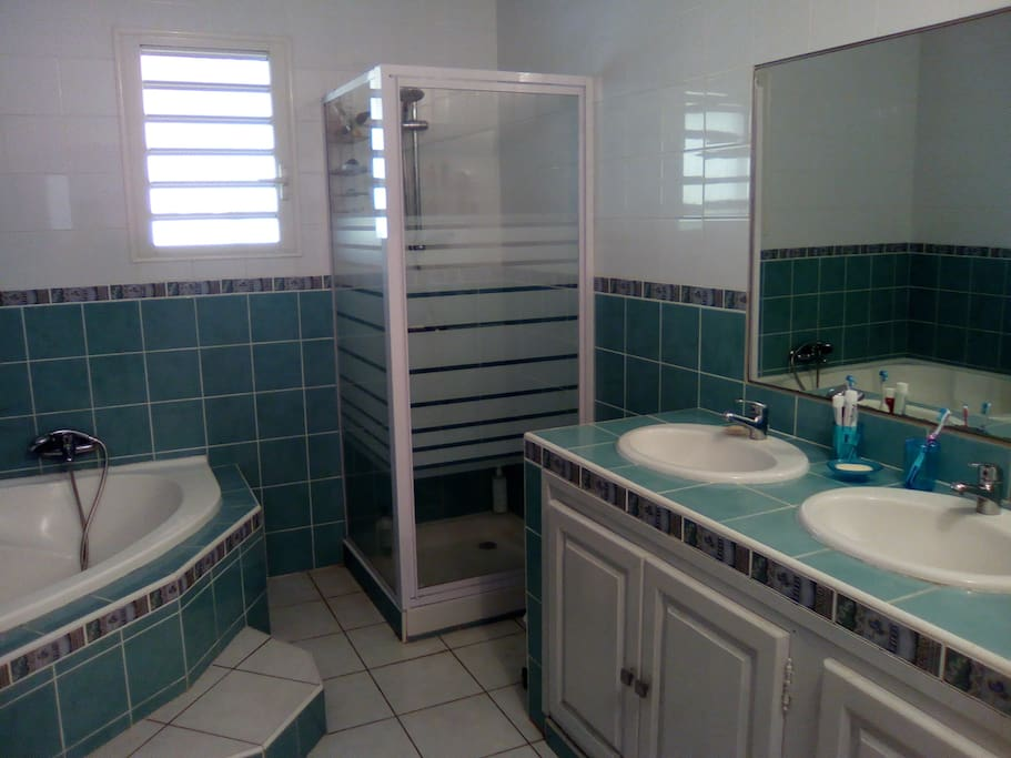 La salle de bain, spacieuse et lumineuse.