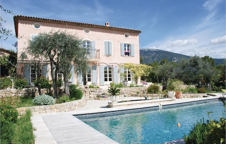 Holiday cottage with 6 bedrooms on 220 m² in Le Rouret