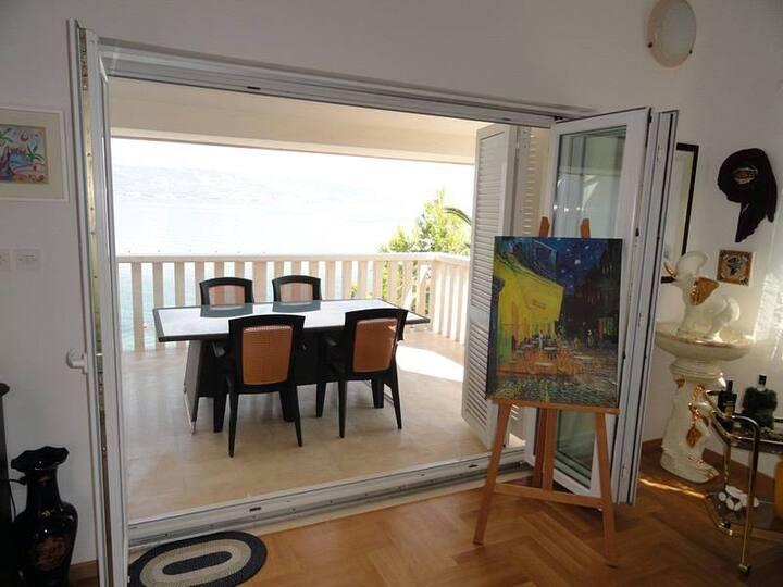 Luxury Beachfront Villa Matista- Black/white apt.