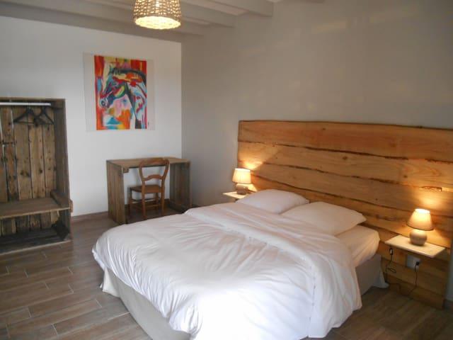 Chambres dans gîte - Villevêque - House
