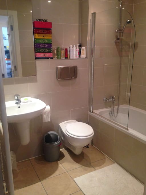 Large family bathroom (in addition to en-suite). This has a bathtub.