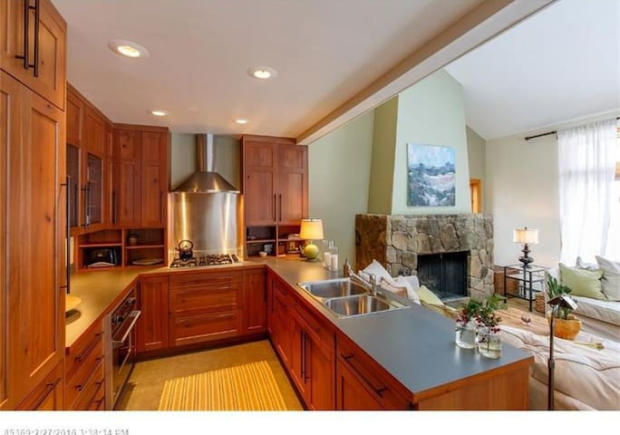 Elegant Mountainside Sugarloaf Condo - Carrabassett Valley - Selveierleilighet