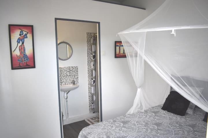 La chambre mesure, avec le coin douche, 3x3,20