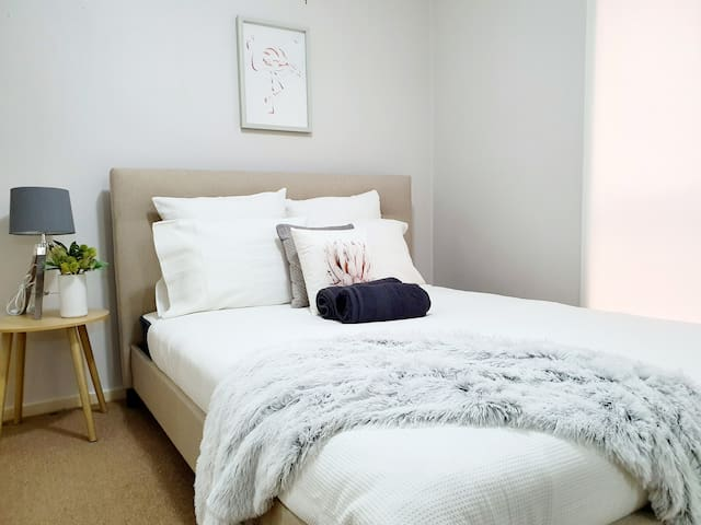JADE, private ensuite, queen bed, beautiful home