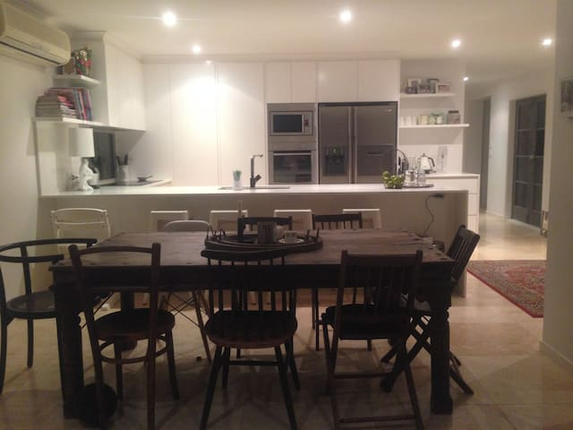 Tasteful & spacious home in GREAT location. - Noosaville - House