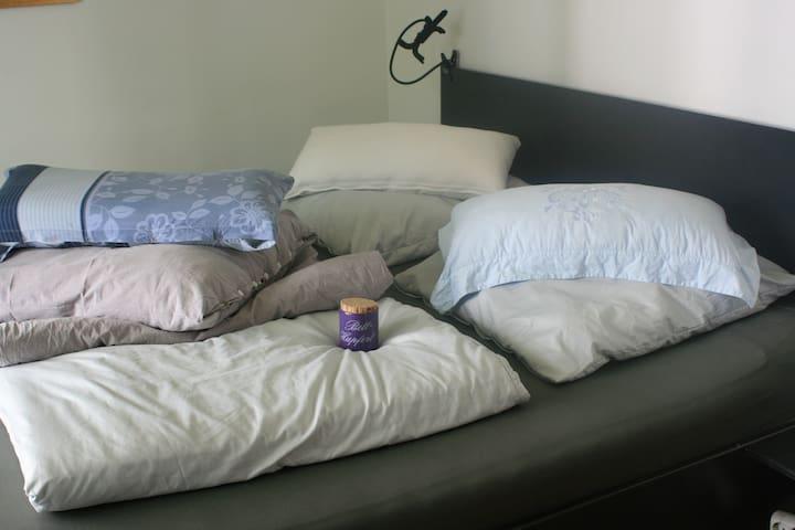 Ein großes Bett mit der besten Matratze auf 2x2 Metern bietet mindestens zwei Personen Platz nach einem erlebnisreichen Tag in Hamburg auszuruhen und gut zu schlafen