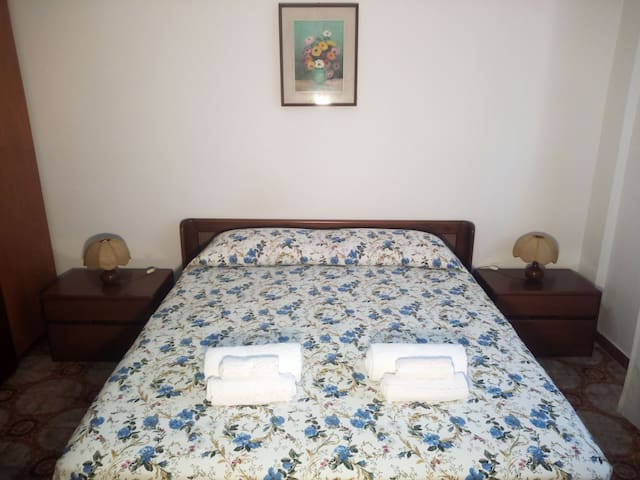 Camera matrimoniale 2 (climatizzata). La biancheria da letto e da bagno sono comprese nella tariffa.