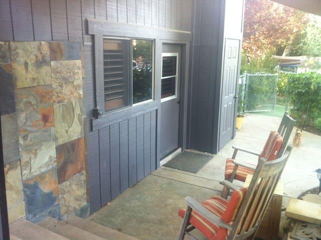 "Modern ""Un-Cabin"" Organic Farm-Pets O.K. - Descanso - Haus"