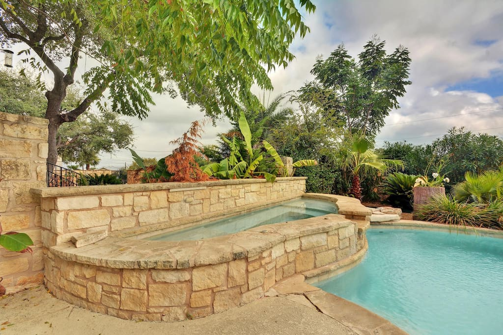 A Hill Country beauty! Sip wine beside the pool and spa.