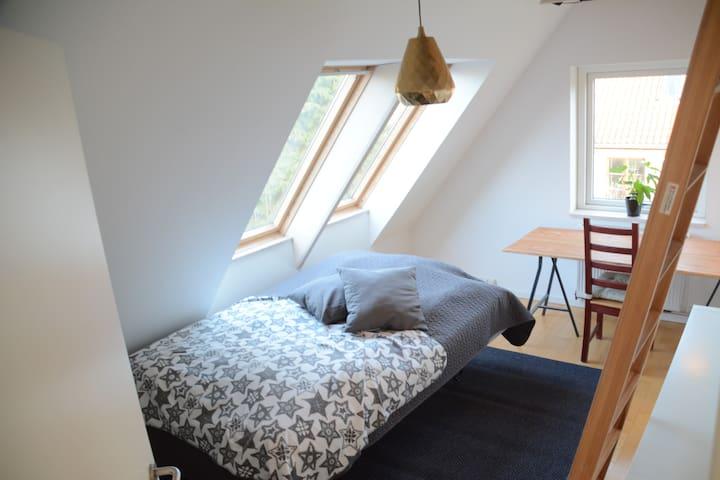 Private room close to forest, sea and Copenhagen - Nærum - House