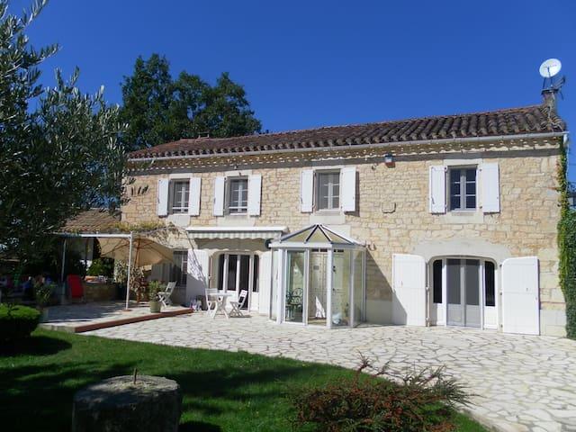 Mialcor ancien mas restauré en pierre blanche - Aveyron