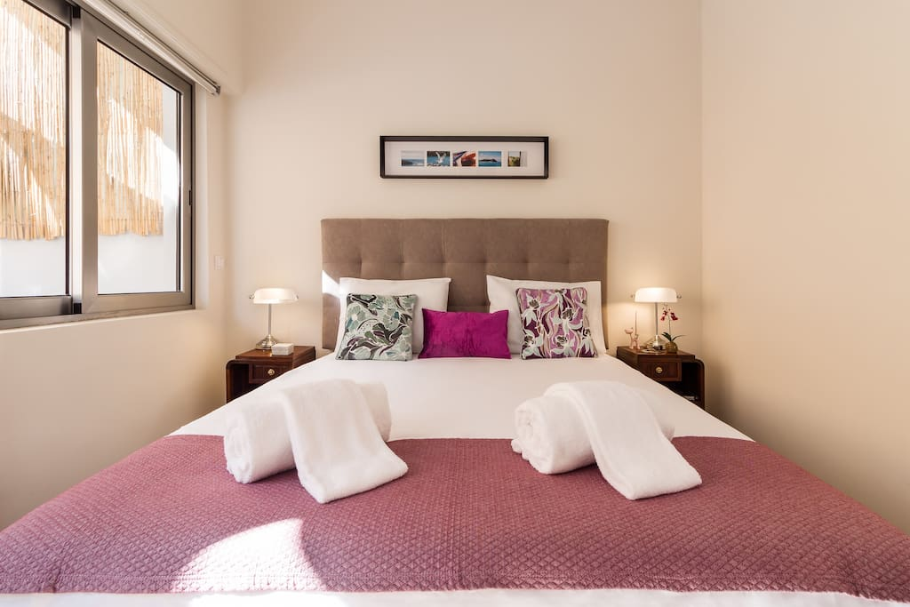Bedroom with a spacious and comfortable Queen bed and view to the Páteo.