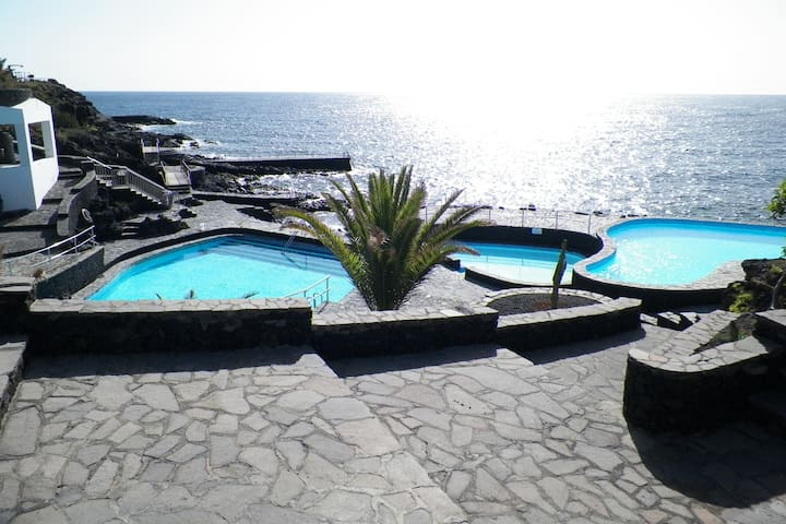 Piscinas de agua salada que podrás disfrutar gratis en el pueblo de La Caleta Saltwater pools that you can enjoy for free in the town of La Caleta
