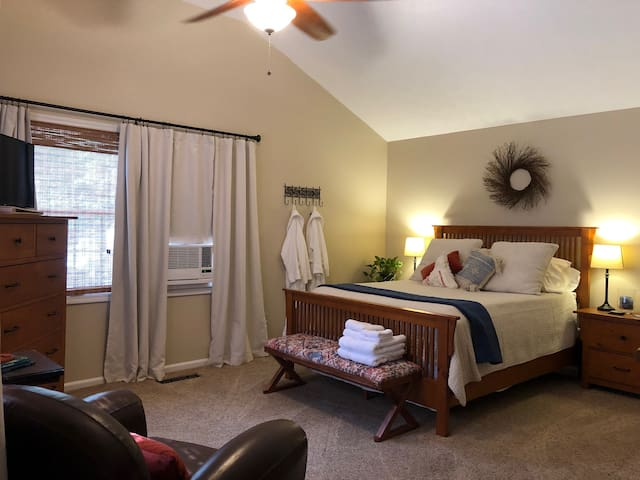 Poolside guest suite with private entry in Auburn
