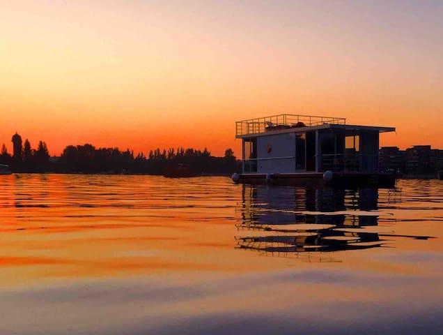 Hausboot SQUARE Berlin Friedrichshain