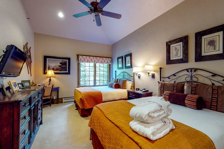 Mountain view condo with central AC, WiFi, and a shared pool/hot tubs/laundry!