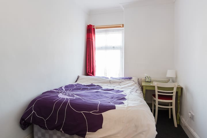 Double bed in the ❤️ of Wales - Pontypridd - Ev