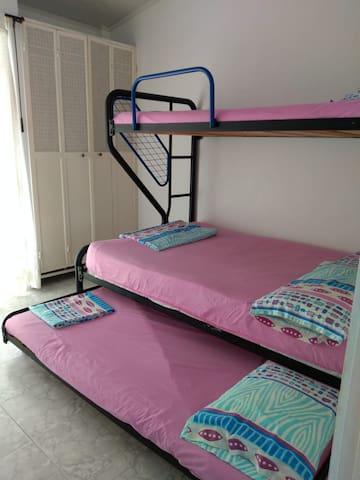 Dos habitaciones gemelas en el segundo piso que comparten un baño exterior