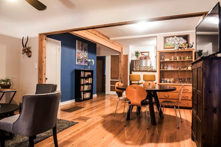 Casa Feliz: Eclectic and Cozy Hawthorne Townhouse