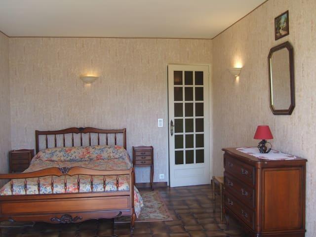 Chambre 1 avec lit 140 au RdC