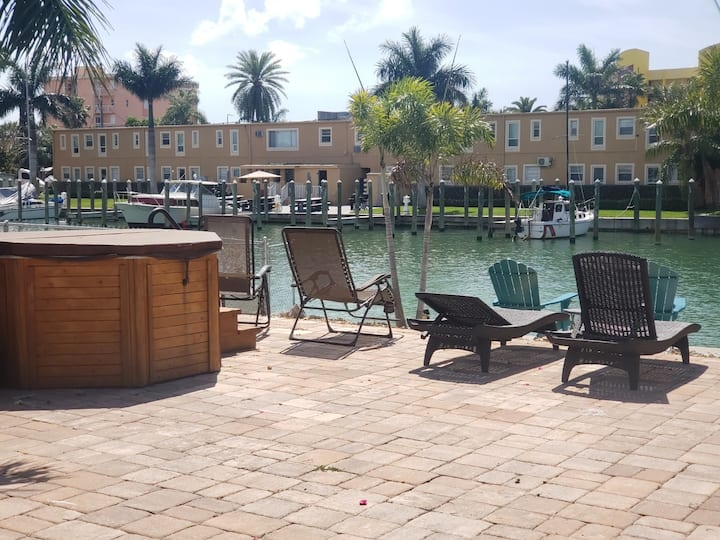 DOLPHIN CASA /BOAT DOCK ON THE WATER/dog friendly.