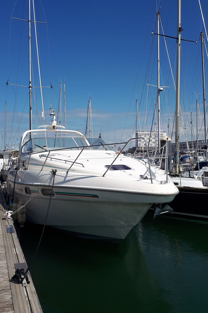 Yacht au port de plaisance de Calais