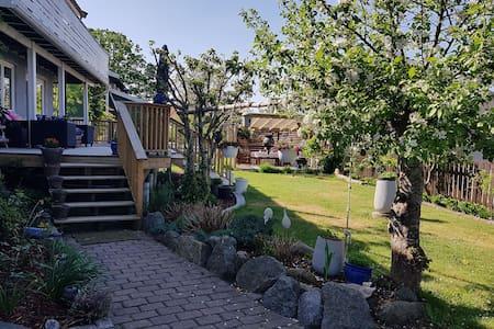 Cozy apartment w/beautiful garden -close to beach!