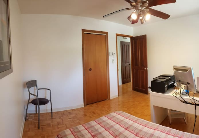 Private Room with desk close to Montreal