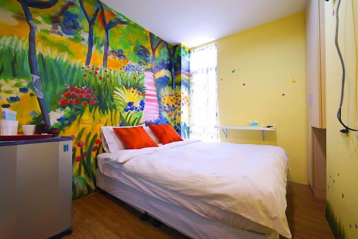 301  2人房 /夜市步行2分內/可先放行李/免費WIFI/特色手繪房/住一晚有人情味的寧靜住宿