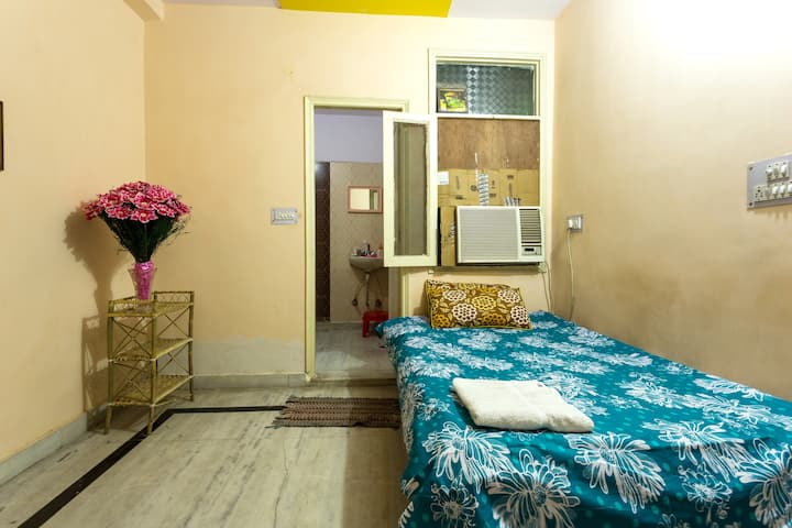 *5 star* rated Pvt Room+5 min to Metro+A/C+brkfast