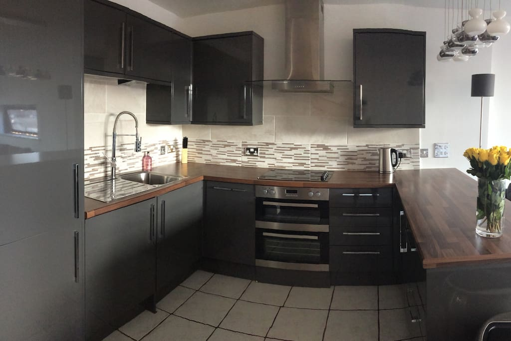 Kitchen with integrated Hob, Oven, Fridge & Freezer, Washing machine & dishwasher.