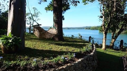 Villa Ippa - Charming waterfront by lake Caliraya