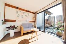 房源区域 - 独立客厅,推开窗户是独立院子。