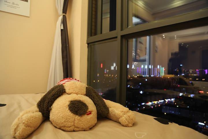 忆伽.繁星\欣都龙城地铁口\北欧风格1.8米大床可以俯瞰整个昆明夜景\阳台带榻榻米