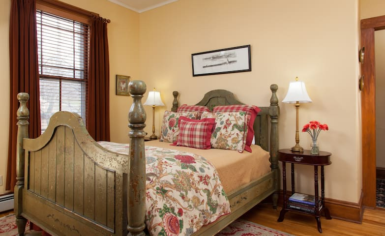 Historic Bed and Breakfast on Main Street - Burlington - Bed & Breakfast