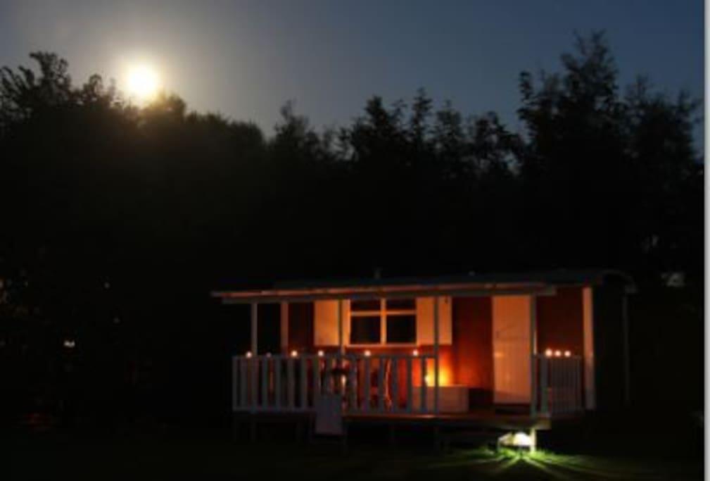 Pipowagen in maanlicht