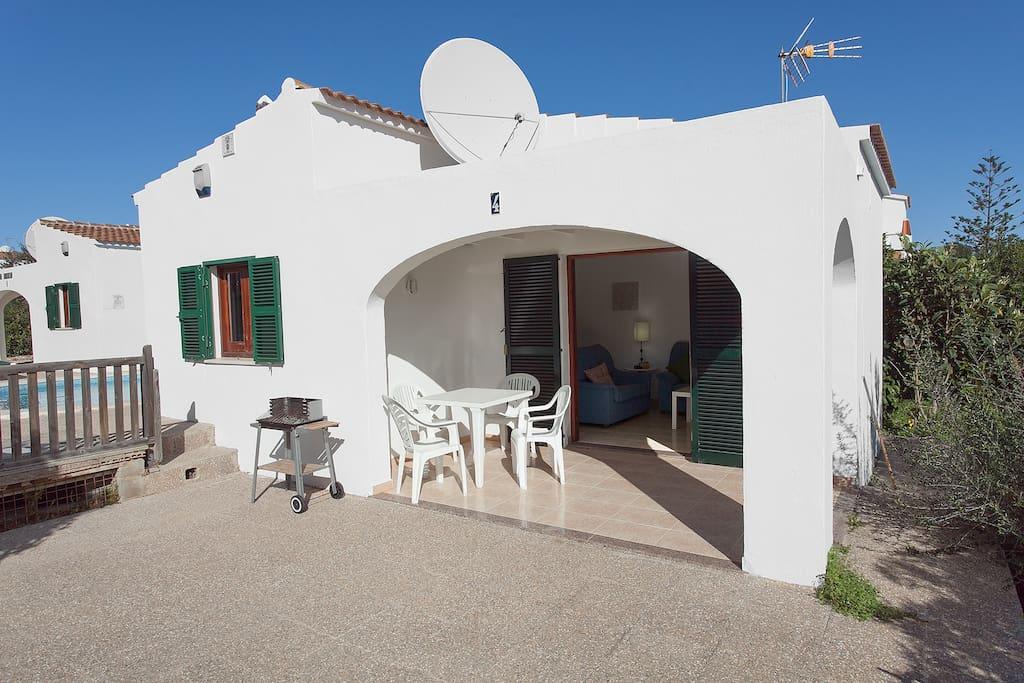 Cada Chalet tiene su porche con mesa y sillas y hay 2 BBq en la propiedad para usar.  Every villa has a porch with table and chairs and there are also 2 BBQs in the garden to be used.