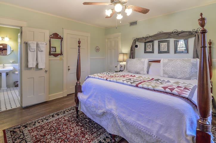 Stately King Room with Gourmet Breakfast - Cedars B&B