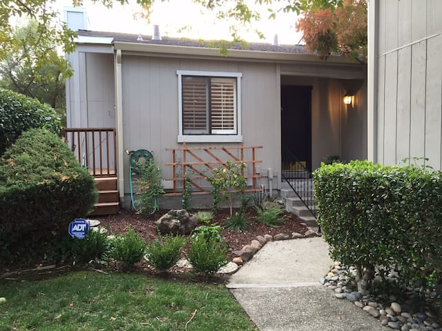 3BR Townhome in Amazing Walkable Location - Moraga