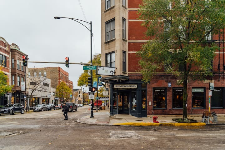 ⭐Spacious ❤️Lincoln Park | Watch Cubs at Wrigley