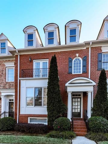 Private level Alpharetta / Avalon gated townhome - Alpharetta - House