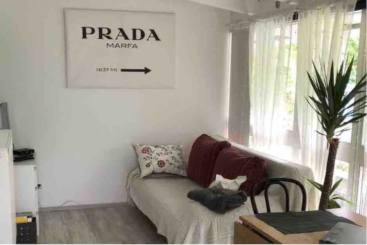 Modernes Studio mit Urlaubsflair in perfekter Lage